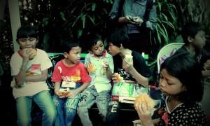 Menunggu waktunya lomba sambil makan snack ;)