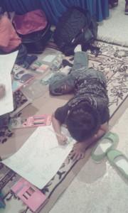 Farid pun 'Melantai' karena tidak kebagian meja lipat :)