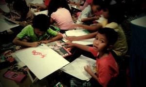 Anak-anak saling berbagi crayon dan meja lipat :D
