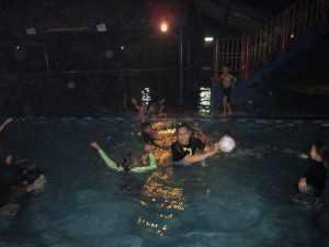 Malam hari pun tetap berenang..