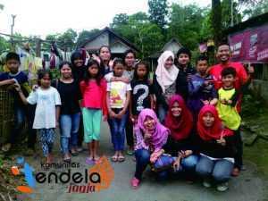foto bersama Jendelist dan adik-adik Turgo