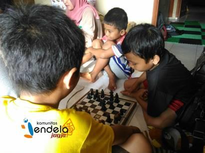 Minggu sore (6/11), sejumlah anak bermain catur di Sekretariat Jendela Jogja sebelum kegiatan utama.