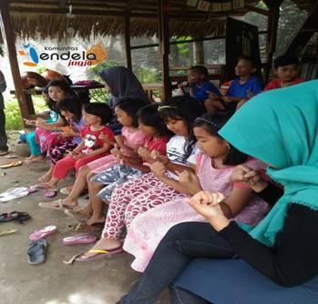 Rubaku Yogyakarta, 23 Oktober 2016. Anak-anak sedang melakukan salah satu rangkaian pemanasan untuk melatih kemampuan motorik dan konsentrasi.
