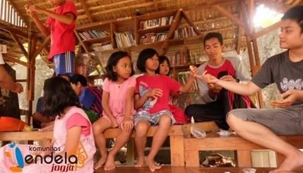 Jendelist membagikan bahan-bahan slime yaitu lem putih, sabun cair, gom, dan pewarna kepada anak-anak.