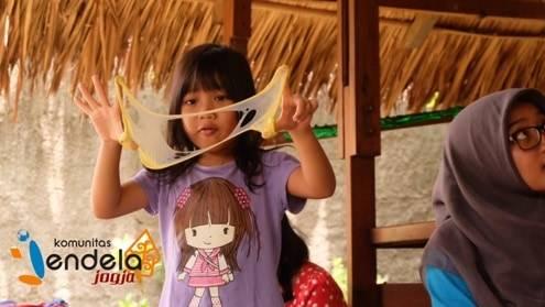 Anak-anak memainkan slime sesuai kehendak dan imajinasi mereka masing-masing.