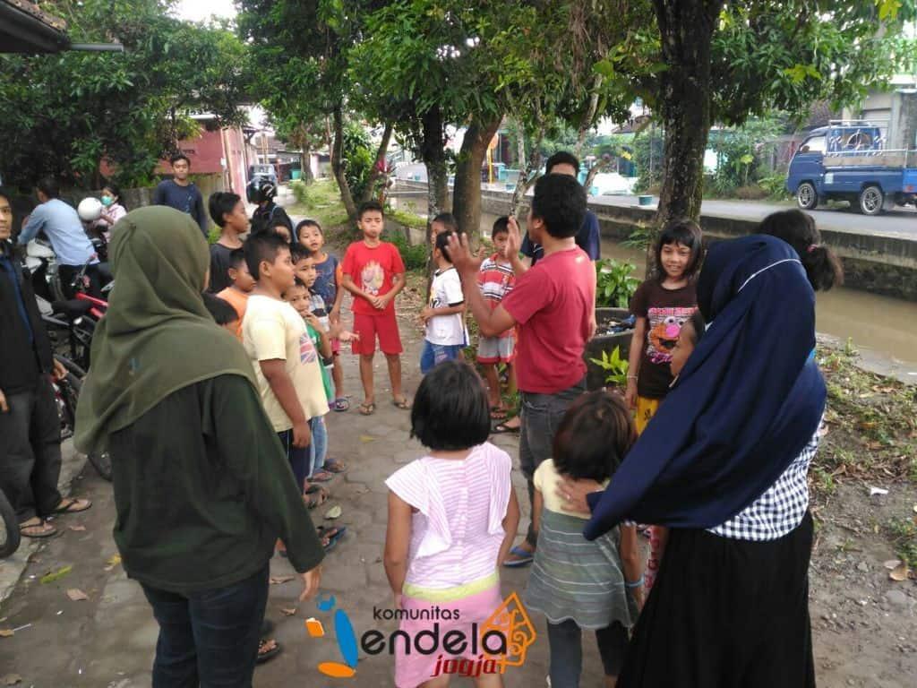 Kak Fanana dan Kak Upik memimpin Ice Breaking . Kemudian anak-anak dibagi menjadi empat kelompok.