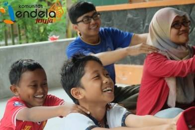 Minggu pagi (13/11), kami bermain dengan anak-anak di Deresan, Bantul, sementara gerimis turun.