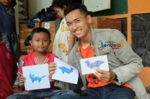 Anak-anak menyusun stempel tangram berbentuk beraneka jenis hewan.