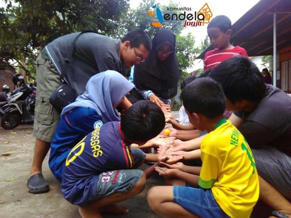 Estafet bola : latihan kerja sama