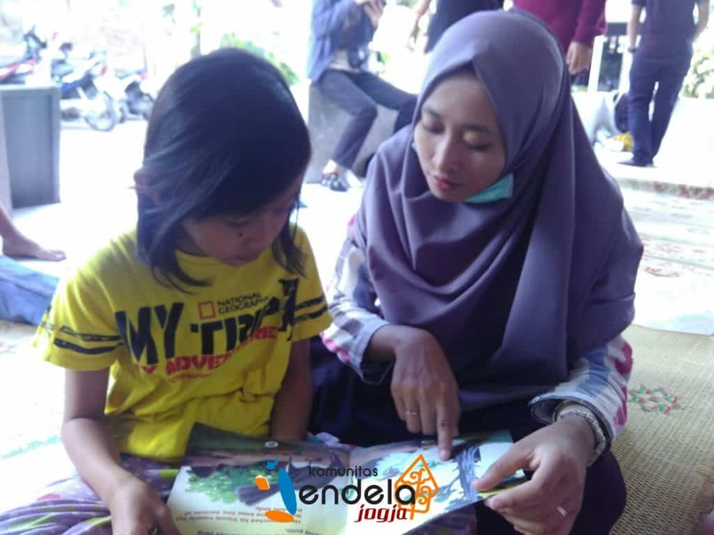 Selepas praktikum kami mengajak anak-anak membaca.