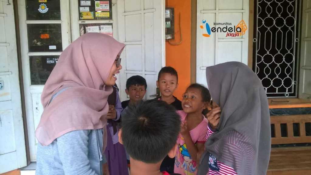 Bermain tebak gerak-gerik : Kakak Jendelist sedang berdiskusi dengan anak-anak mengenai apa yang akan kelompok mereka ragakan.