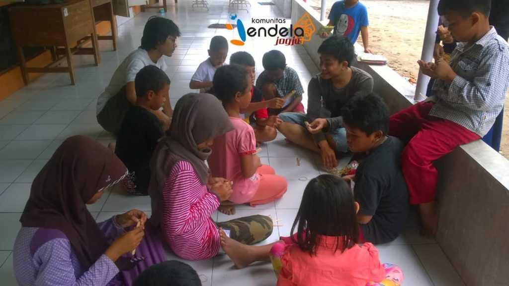 Anak-anak sedang belajar membuat catapult bersama kakak-kakak Jendelist.