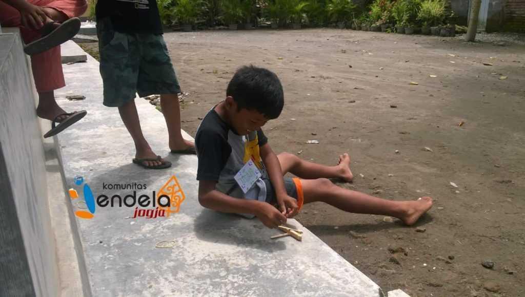 Seorang anak bernama Titah dan Catapult-nya